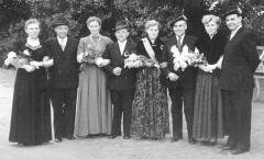 1954 Bernhard Peters (1923 - 2002) und Klärchen Markötter verh. Mersmann  Hofstaat: Helene und Bernhard Keuper, Erna und Franz Nosthoff.