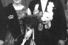 1964 Werner Pohlmann (1940 - 2010) und Elisabeth Henke verh. Nünning  Hofstaat: Johannes und Elisabeth Pohlmann, Bernhard Topheide und Margret Topheide (verh. Busche).