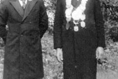 1948 Felix Wittler (1902 - 1981) und Änne Wittler geb. Hohelüchter (1910 - 1965)  Hofstaat: Josef und Maria Schulze Topphoff, Josef und Maria Peters.  Der neue König präsentiert sich mit dem 1. Vorsitzenden, Bernhard Pohlmann, den Fotografen.