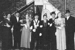 1952 Anton Markötter (1901 - 1957) und Theresia Markötter gnt. Hauge geb. Schmitz (1909 - 1982)  Hofstaat (v.l.): Alfons und Maria Rottwinkel, Robert und Elisabeth Tepper.