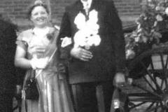 1956 Anton Lehmkuhl (1928 - 1987) und Maria Lütke Dartmann verh. Kleine Sextro (1934 - 2013)  Hofstaat: Klemens und Elisabeth Lütke Dartmann, Herbert Kövener und Irmgard Lodde.
