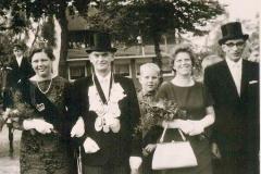 1965 Emil Freitag (1913 - 1985) und Gertrud Freitag geb. Muhmann (1914 - 1987)  Hofstaat: Linus und Maria Heitmann, Josef und Sibylla Dambacher (Foto rechts).