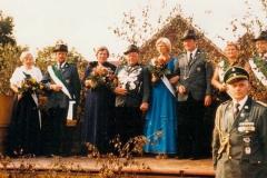 1982 Erich Benter und Theresia Benter geb. Dues (1929 - 1987)  Hofstaat (v.l.): Hans-Bernd und Monika Wiegert, Wilhelm und Johanna Lehmbrock.